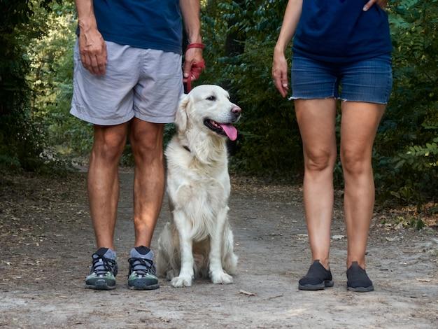 Deux personnes avec un chien.