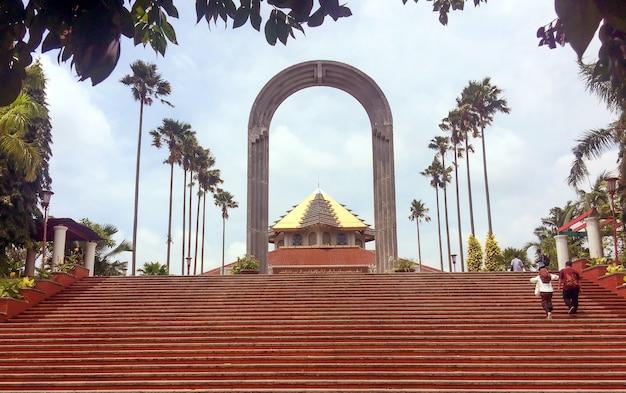Deux personnes dans les escaliers de l'entrée de masjid à yogyakarta, indonésie