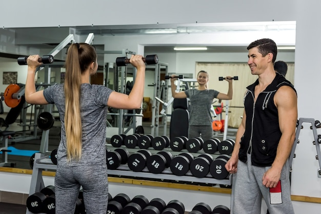 Deux personnes dans une salle de sport faisant de l'exercice ensemble