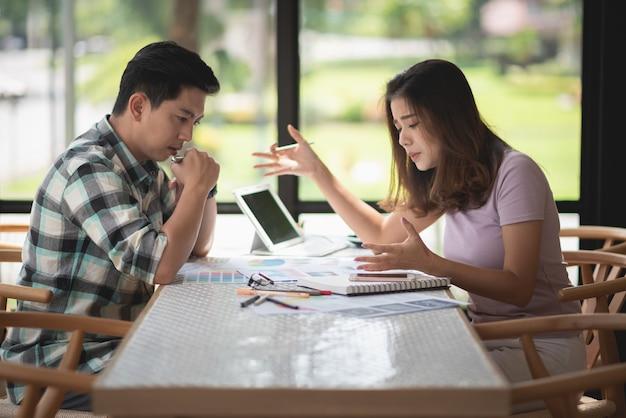 Deux personnes discutant d'un projet, concept d'entreprise