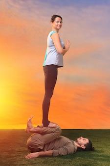 Deux personnes faisant des exercices de yoga
