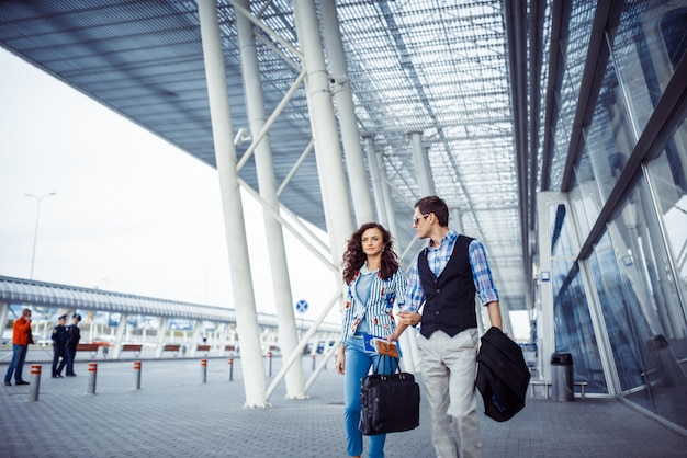 Deux personnes heureuses à l'aéroport