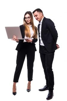 Deux personnes homme et femme en suite noire sur blanc