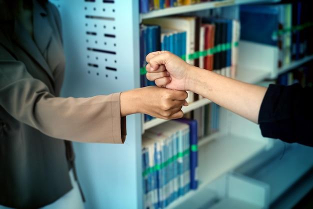 Deux personnes poings se cogner ensemble