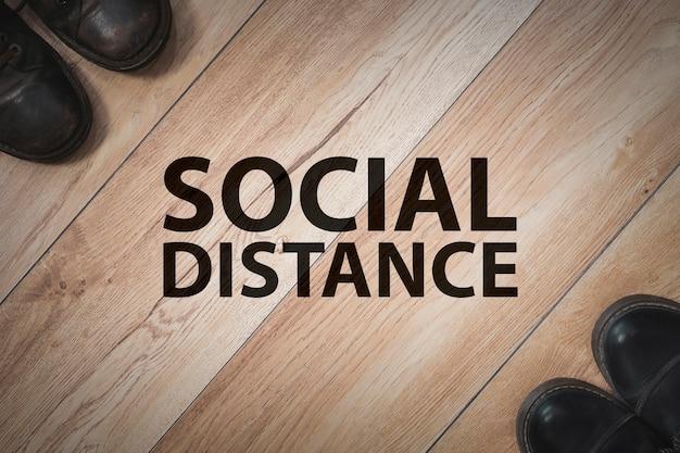 Deux personnes restent espacées les unes des autres pour la distanciation sociale, augmentant l'espace physique entre les personnes pour éviter de propager la maladie pendant la transmission de l'épidémie de covid-19. concept de distance sociale