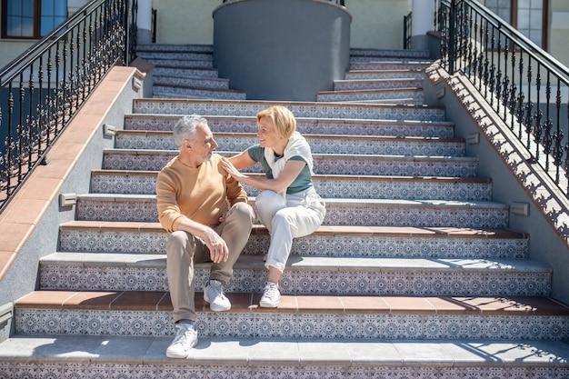 Deux personnes romantiques s'appréciant à l'extérieur de la société