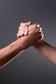 Deux personnes se serrant la main sur un fond noir