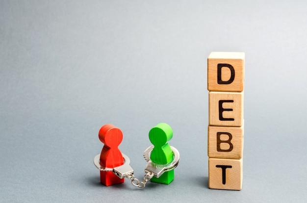 Deux personnes sont liées par des menottes. dette.