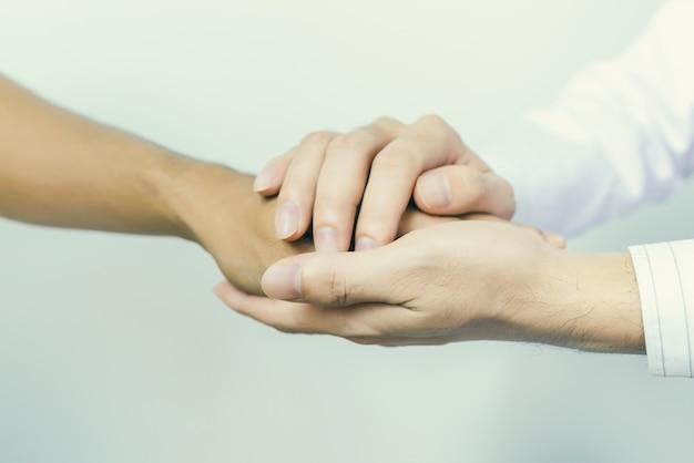 Deux personnes tenant par la main pour le confort