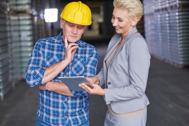 Deux personnes travaillant dans l'entrepôt