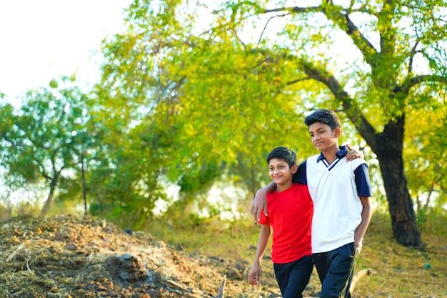 Deux petit frère indien marchant sur la route