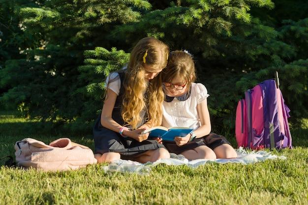 Deux petites amies écolière apprend