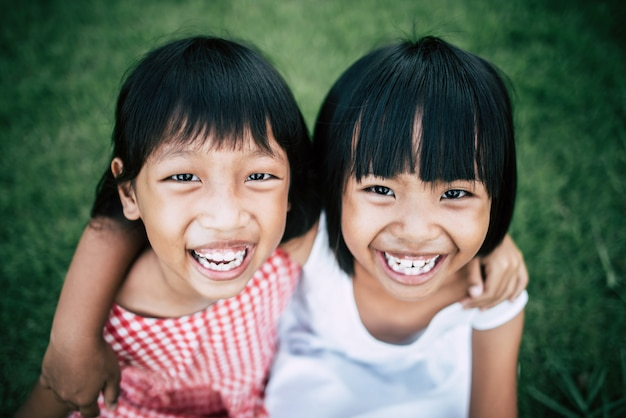 Deux petites amies jouant drôle dans le parc