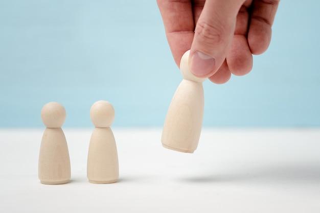 Deux petites figurines en bois recherchent des poses manuelles ou suppriment les grandes figures.