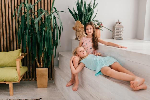 Deux petites filles élégantes modèles posant