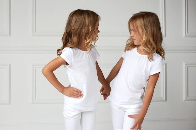 Deux petites filles d'enfants en vêtements blancs