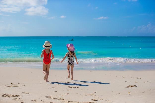 Deux petites filles heureuse passer des vacances sur la plage blanche