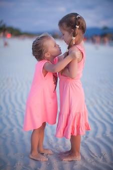 Deux petites filles sur une plage tropicale aux philippines