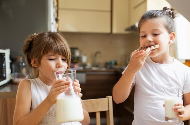 Deux petites filles prenant son petit déjeuner