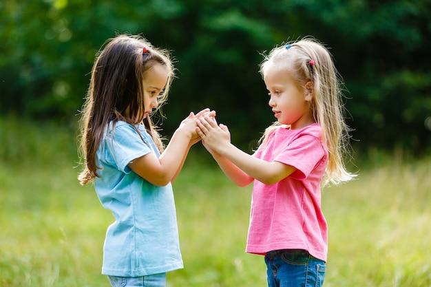Deux petites filles s'amusant dans le parc