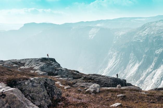 Deux petites personnes sur fond de majestueuses montagnes norvégiennes
