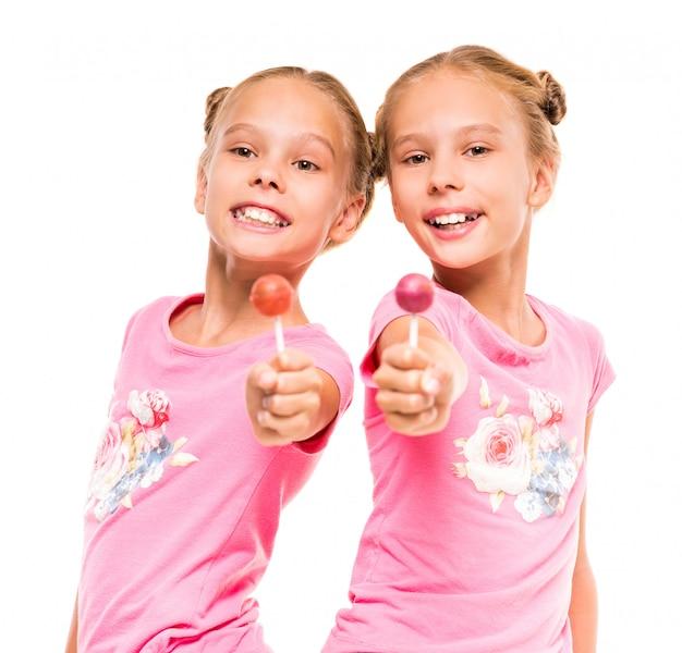 Deux petites soeurs avec sucettes