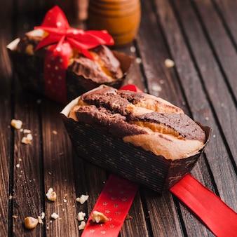 Deux petits brownies de couleurs sur la table en bois