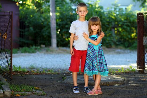 Deux petits enfants ensemble