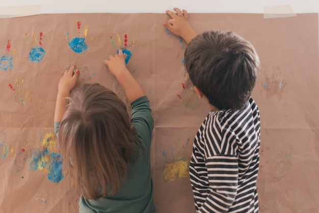 Deux petits enfants peignant ensemble