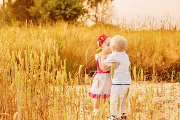 Deux petits enfants en plein air