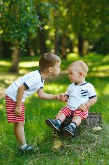 Deux petits frères dans le parc