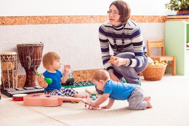 Deux petits garçons jouant avec enthousiasme avec divers instruments de musique