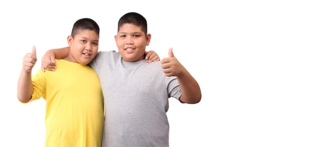 Deux petits garçons jumeaux isolés sur fond blanc.