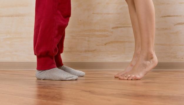 Deux petits pieds, face à face, sur parquet