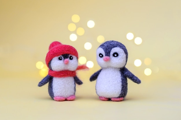 Deux petits pingouins en laine feutrée jouet de noël