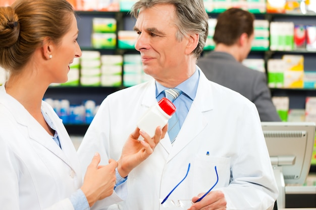 Deux pharmaciens en consultation de pharmacie