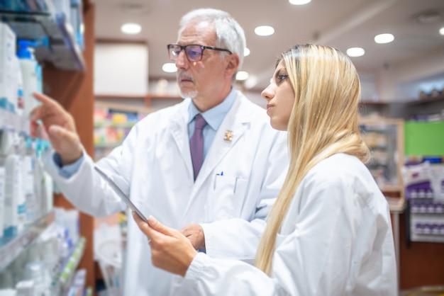 Deux pharmaciens vérifiant leur inventaire dans leur pharmacie