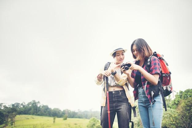 Deux photos de femme debout, prenant une photo, se reposant après une randonnée en montagne.