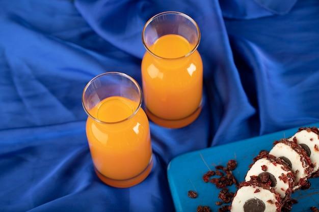 Deux pichets en verre avec un délicieux jus d'orange.