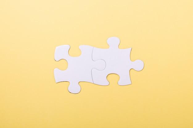 Deux pièces de puzzle sur jaune
