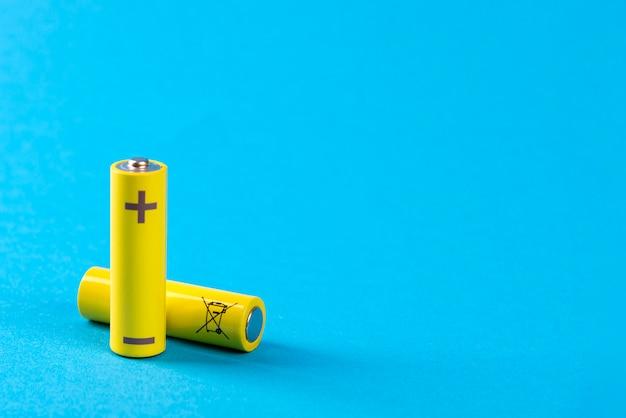 Deux piles jaunes sur bleu avec place pour le texte