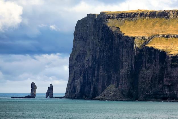 Deux piles de mer risin et kellingin sur les îles féroé et l'océan atlantique