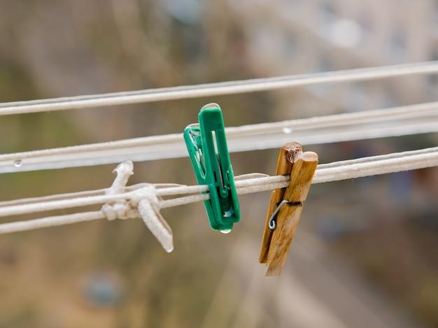 Deux pinces à linge sur une corde à linge recouverte de glace.