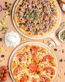 Deux pizzas sur la table