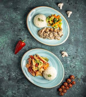 Deux plats principaux avec du riz sur la table
