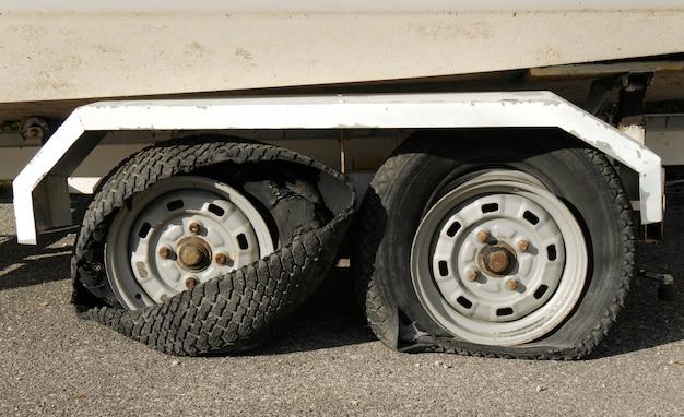 Deux pneus totalement détruits sur une remorque