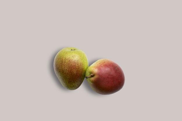 Deux poires fraîches sur fond blanc pour le menu. fond géométrique. mise à plat, espace de copie, vue de dessus.