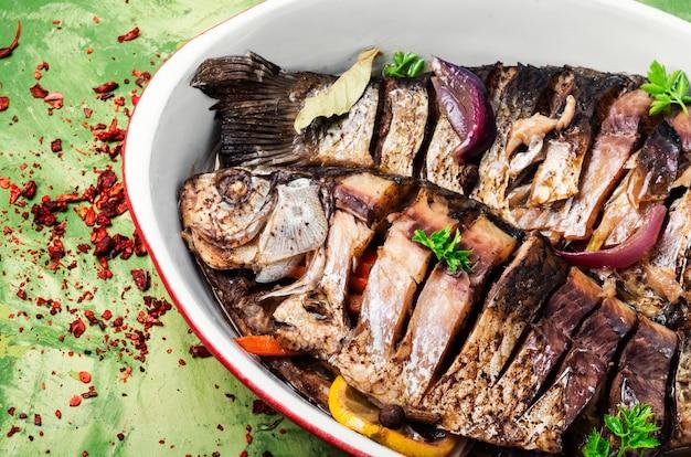 Deux poissons grillés dans un plat allant au four