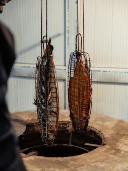 Deux poissons grillés sortis de tandir