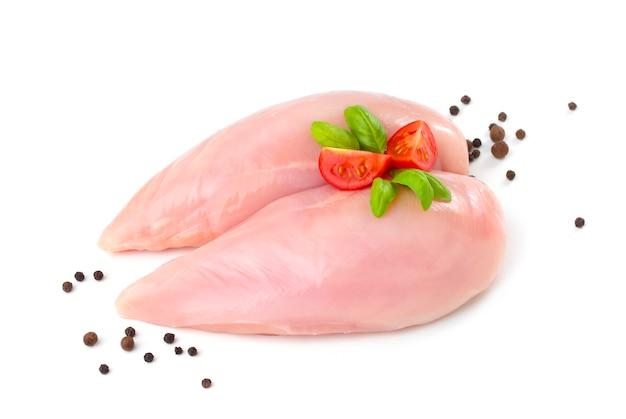 Deux poitrines de poulet crues sur blanc.